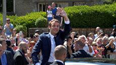 Президент Франции Эммануэль Макрон покидает избирательный участок после голосования. 11 июня 2017