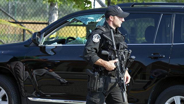 Полицейский возле здания конгресса США. Архивное фото