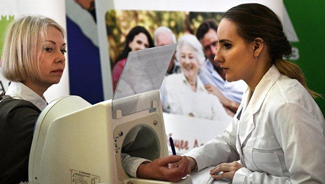 Медик измеряет артериальное давление во время акции совместную акцию Узнай свое давление в Московском метрополитене. Архивное фото