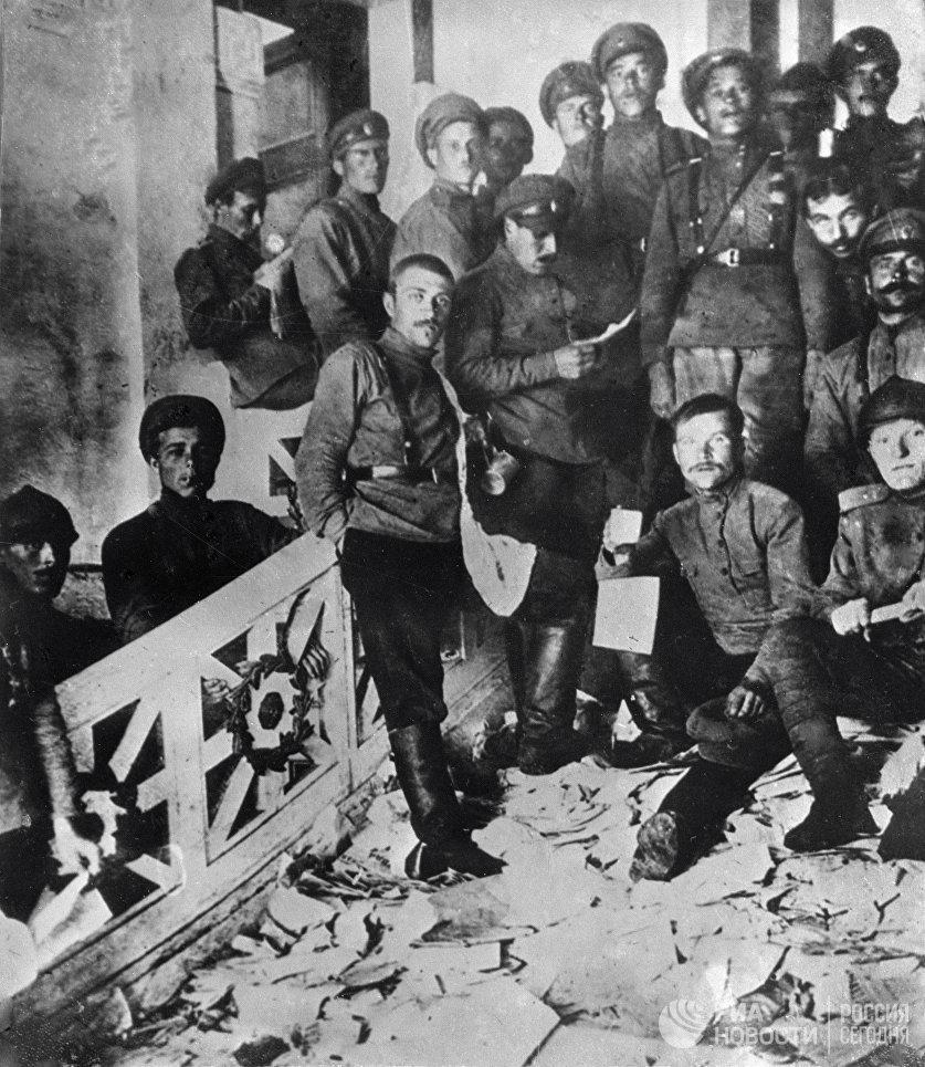 Юнкера после разгрома помещений ЦК и ПК РСДРП(б) в бывшем особняке балерины Матильды Кшесинской. 6 июля 1917 года