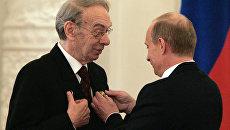 Артист кино, кинорежиссер Алексей Баталов и президент России Владимир Путин (слева направо) на церемонии вручения Государственных премий в Кремле. Архивное фото