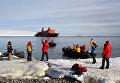 Высадка туристов в бухте Теплиц (остров Рудольфа, ЗФИ)