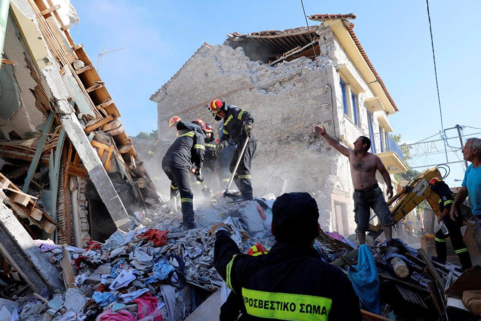 Спасатели на месте землетрясения на острове Лесбос, Греция. 12 июня 2017