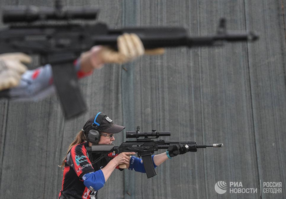 Участница Дуэльных стрельб первого чемпионата мира по практической стрельбе из карабина на территории Конгрессно-выставочного центра парка Патриот