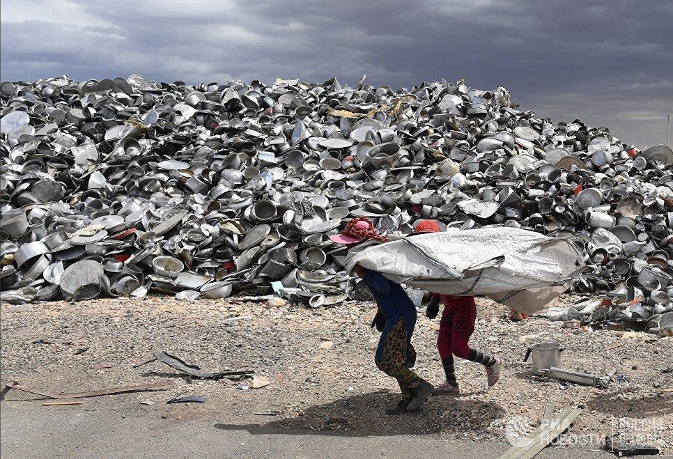 Рабочие на частном заводе по переработке меди и алюминия в пригороде Хомса