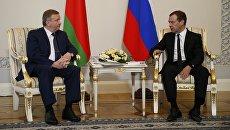 Председатель правительства РФ Дмитрий Медведев и премьер-министр Белоруссии Андрей Кобяков во время встречи. 16 июня 2017