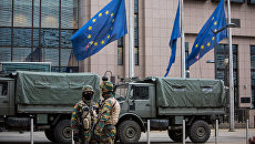 Военнослужащие у штаб-квартиры Европейской комиссии в Брюсселе. Архивное фото
