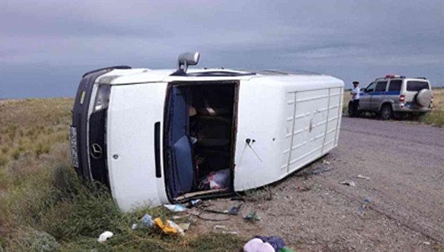 Микроавтобус перевернулся вКалмыкии, пострадали 7 детей ичетверо взрослых