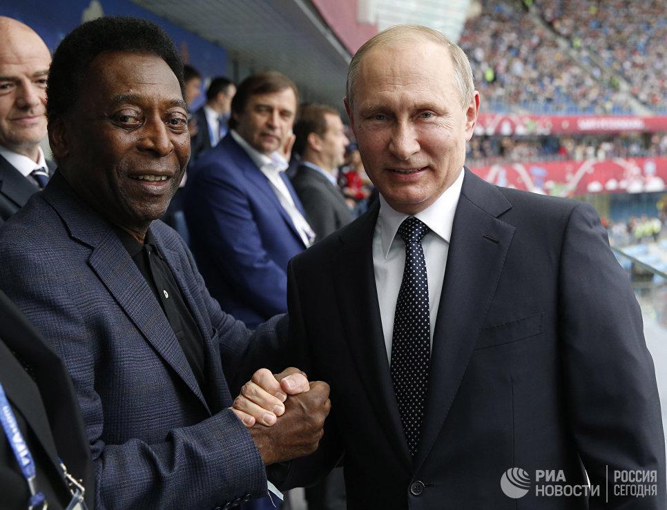 Футболист Пеле и Владимир Путин на стадионе Санкт-Петербург перед началом матча Кубка конфедераций-2017 между сборными России и Новой Зеландии. 17 июня 2017