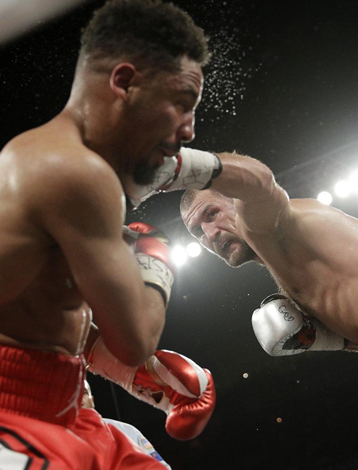 Сергей Ковалев и Андре Уорда во время чемпионата по боксу в полутяжелом весе. 17 июня 2017