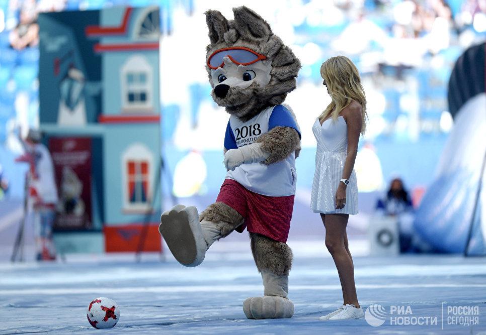 Официальный талисман волк Забивака и телеведущая Виктория Лопырева на церемонии открытия Кубка конфедераций-2017
