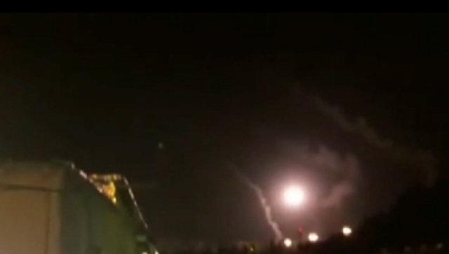 Иранские ракеты поразили цели боевиков ИГ* в Сирии. Съемка очевидца