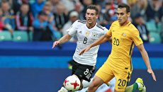 Леон Горетцка и Трент Сейнсбери во время матча Кубка конфедераций-2017 по футболу между сборными Австралии и Германии