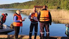 Сотрудники МЧС проводят поисковые работы на Ладожском озере, где перевернулась лодка с подростками. 20 июня 2017