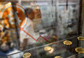 Мужчина проходит мимо витрины биткоинов в Гонконге