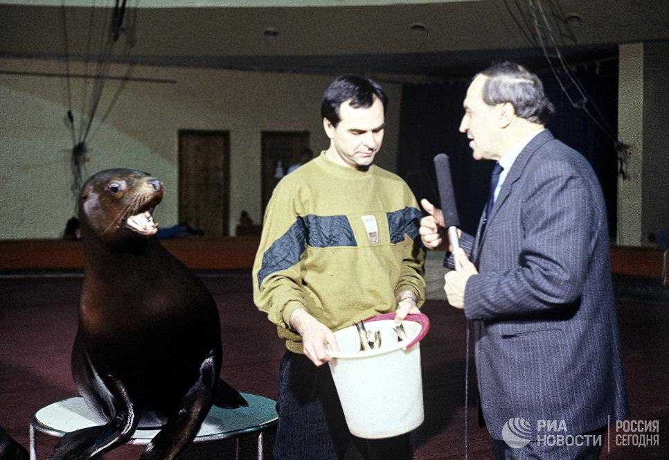 Ведущий телепередачи В мире животных Николай Дроздов берет интервью у дрессировщика морских львов Николая Тимченко