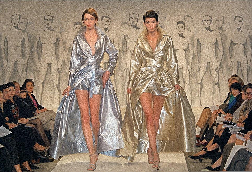 Модели на показе Весна-лето 1998 французского модельера Пьера Кардена