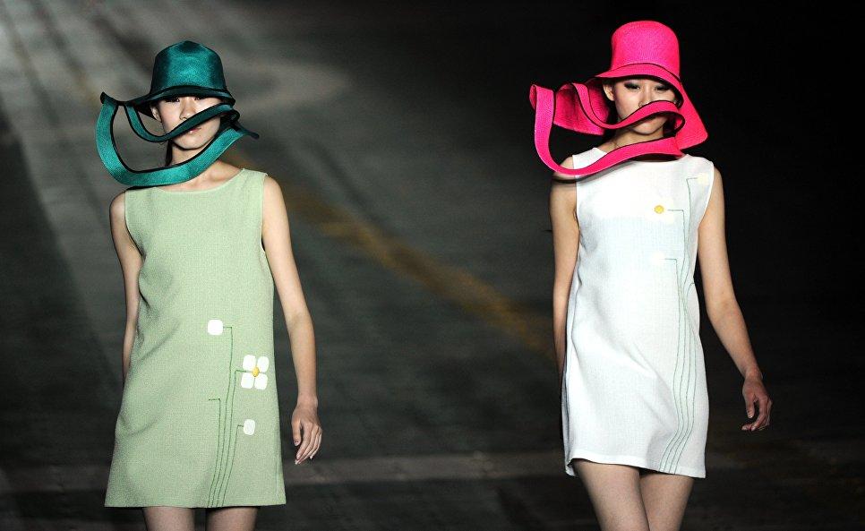 Модели во время показа моды французского дизайнера Пьера Кардена в Китае. 2011 год