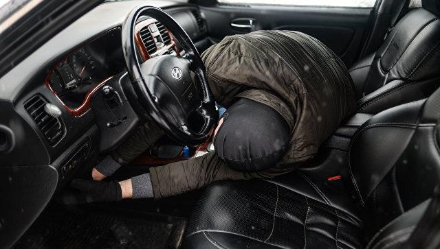Мужчина имитирует вскрытие автомобиля и его угон. Архивное фото
