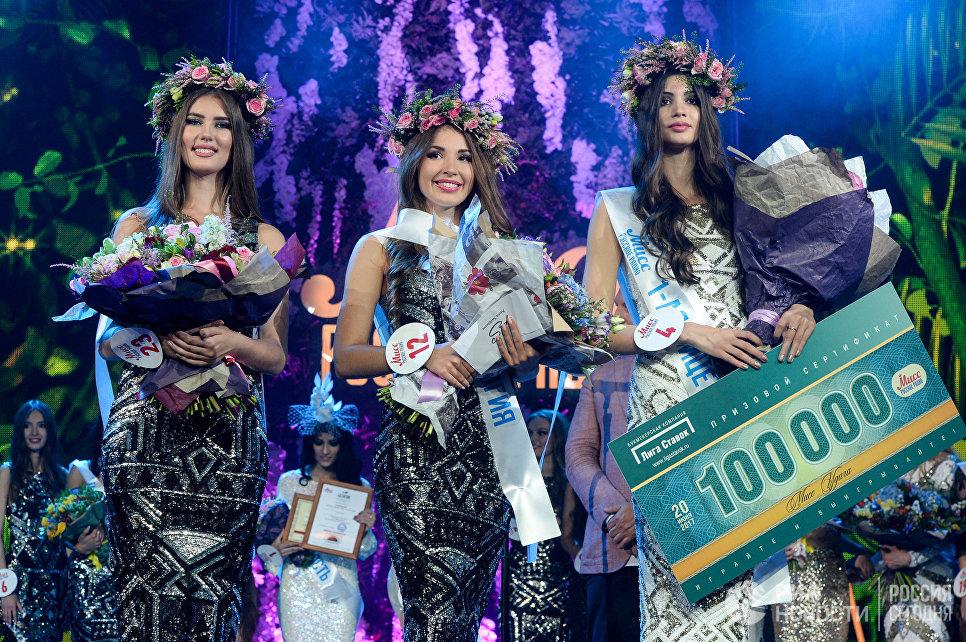 Вторая вице-мисс Валерия Сколота, Мисс Алина Головина и первая Вице-мисс Маргарита Курносова на всероссийском конкурсе красоты Мисс Русское радио в Москве