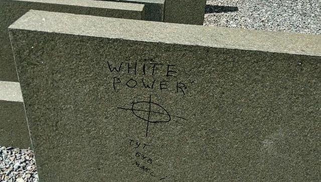 Власти Львова требуют отправоохранителей отыскать хулиганов, разрисовавших стелу наПлощади синагог
