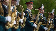 Музыканты оркестра Военного института (военных дирижёров) Военного университета во время открытия концертной программы Военные оркестры в парках. Архивное фото