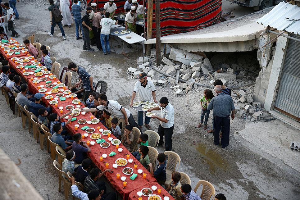 Люди собираются на Ифтар (вечерний прием пищи) во время месяца Рамадан в Дамаске