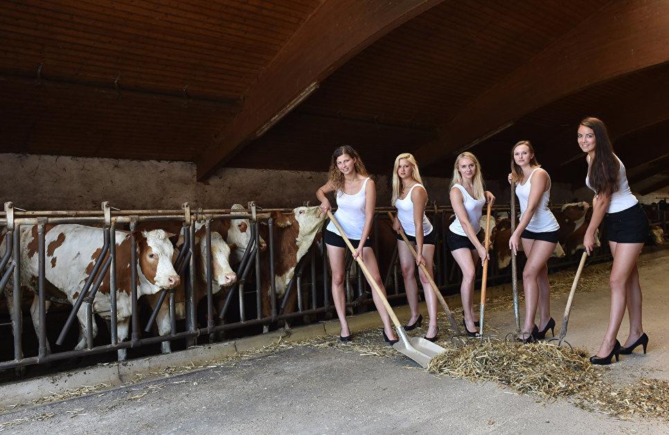 Девушки во время съемок для календаря фермеров в баварской деревне в Германии