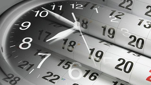 Часы и календарь. Архивное фото