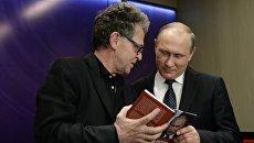 Владимир Путин на презентации книги немецкого журналиста Хуберта Зайпеля Путин: логика власти. Архивное фото