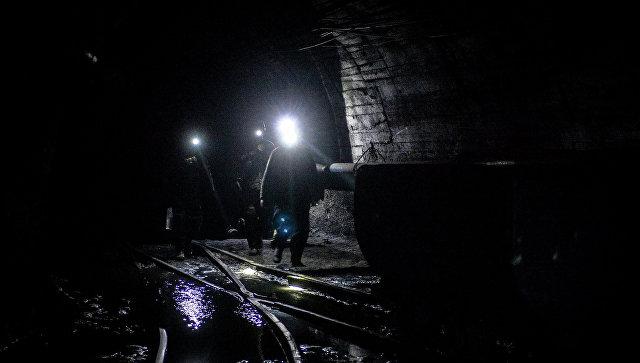 В Казахстане более 400 бастующих горняков остаются в шахтах