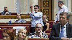 Депутат Верховной рады Надежда Савченко показала средний палец премьеру Владимиру Гройсману. 23 июня 2017
