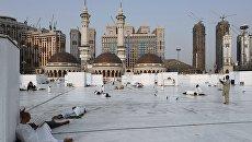 Паломники, совершающие хадж, в мечете Месжид аль-Харам в Мекке