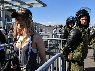 Болельщица перед матчем Кубка конфедераций-2017 у стадиона Санкт-Петербург Арена