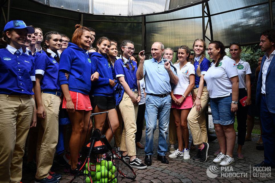 Президент РФ Владимир Путин фотографируется с артековцами 7-й смены Улыбка Саманты во время посещения международного детского центра Артек в Крыму
