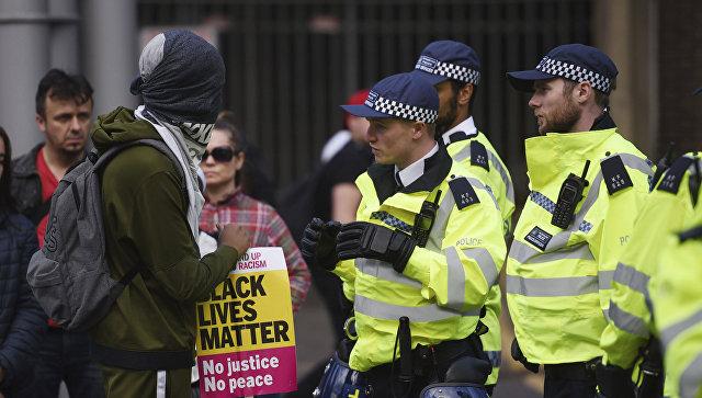 Протестующий и полиция на месте протеста в Лондоне по поводу смерти 25-летнего темнокожего британца Эдира Фредерико да Косты. 25 июня 2017