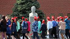 Школьники проходят мимо бюста  Иосифа Сталина. Архивное фото