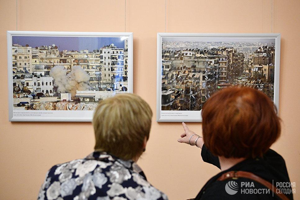Посетители на открытии фотовыставки Война и… мiръ? в фойе Зимина Московского музыкального театра Геликон-опера