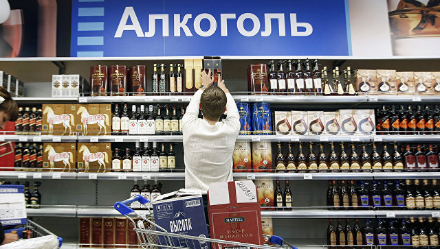 Покупатель в торговом зале супермаркета. Архивное фото