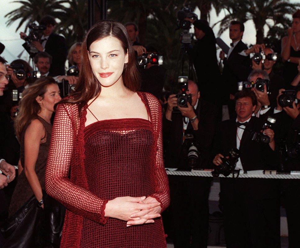 Американская актриса Лив  Тайлер на красной дорожке Каннского кинофестиваля. 1997 год