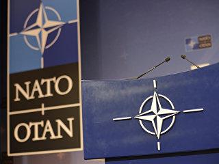 Трибуна в зале для пресс-конференций штаб-квартиры НАТО. архивное фото