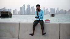 Мужчина на набережной в Дохе. Архивное фото