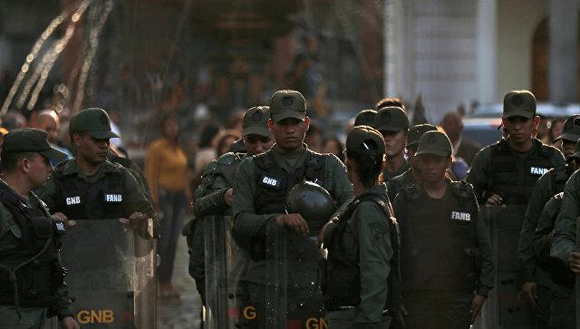 Венесуэльские военные входят в здание Национальной ассамблеи в Каракасе. Архивное фото