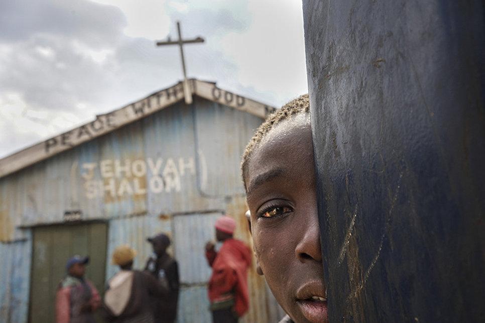 Детям-христианам запрещено заходить в церковь. Работа фотографа Ихэн Чэн из Китая