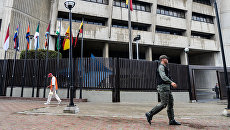 Военнослужащий Национальной гвардии Венесуэлы у здания Верховного суда в Каракасе