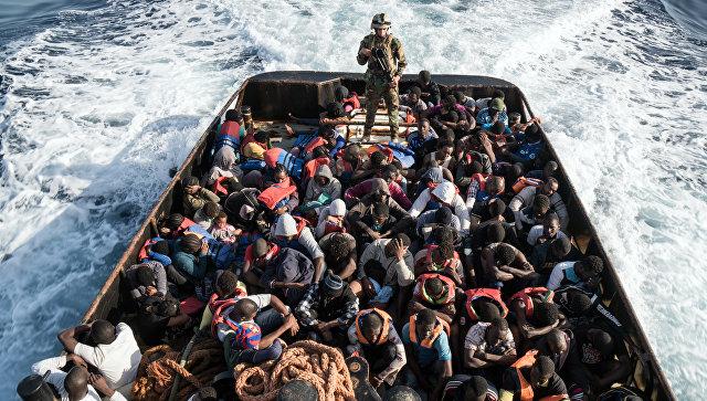 Сотрудник Ливийской береговой охраны во время спасения нелегальных мигрантов. Архивное фото