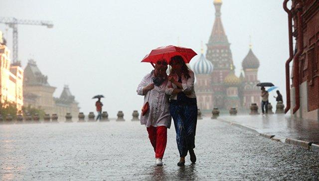 Прохожие под зонтом. Архивное фото