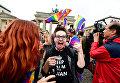 Участники митинга геев и лесбиянок перед Бранденбургскими воротами в Берлине. 30 июня 2017