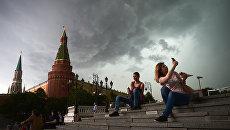 Горожане перед дождем в Москве. Архивное фото