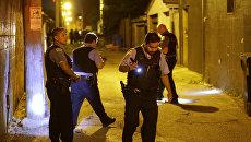 Полицейские на месте преступления в Чикаго штат Иллинойс. 2 июля 2017